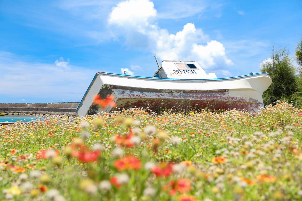 大神島の漁港に打ち上げられた漁船