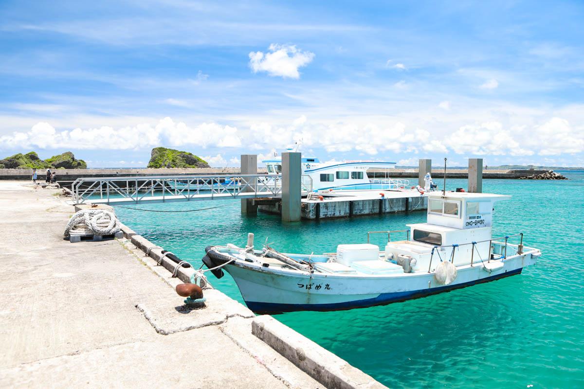 大神島の漁港に停泊するつばめ丸