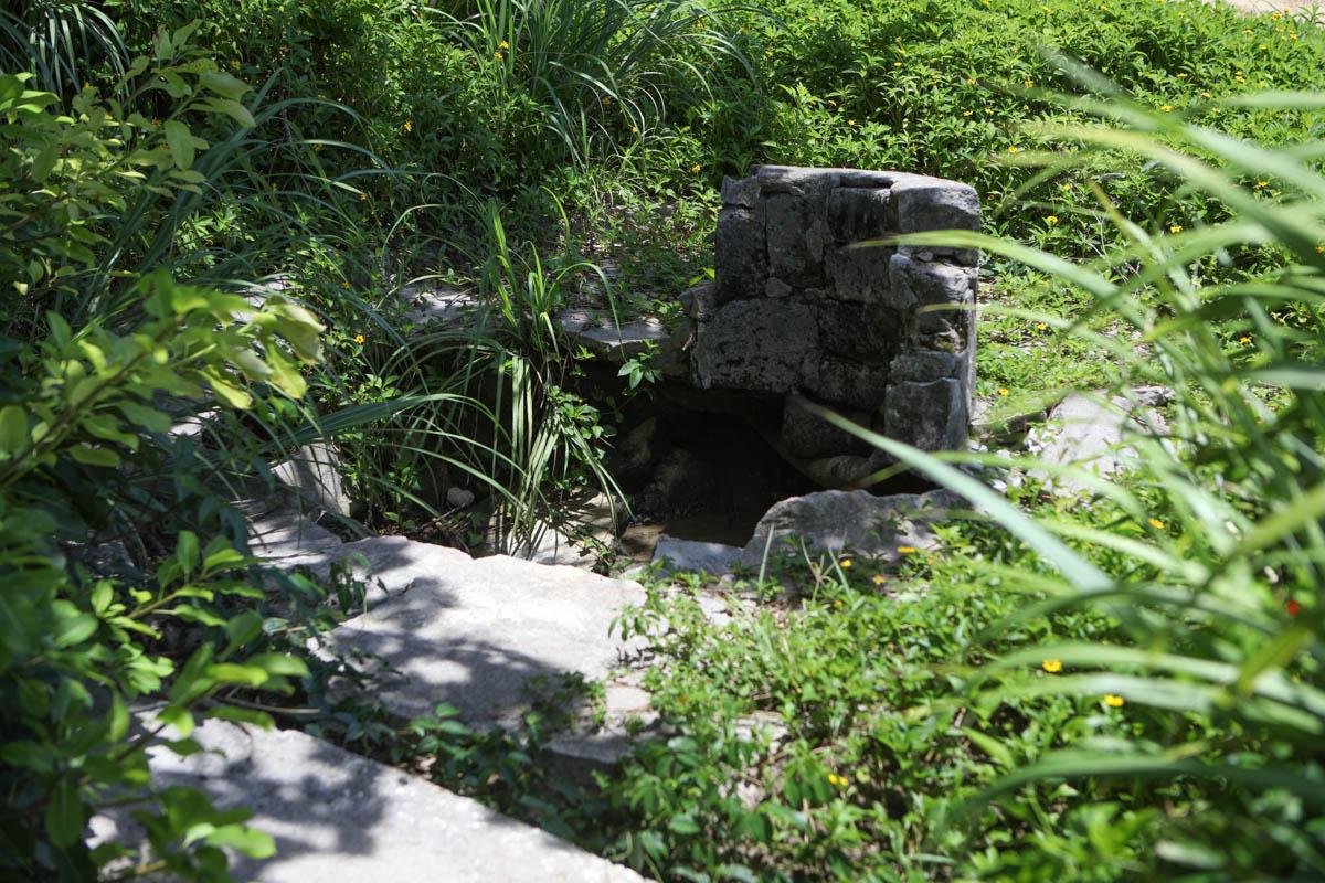 石が積まれた御嶽のような場所