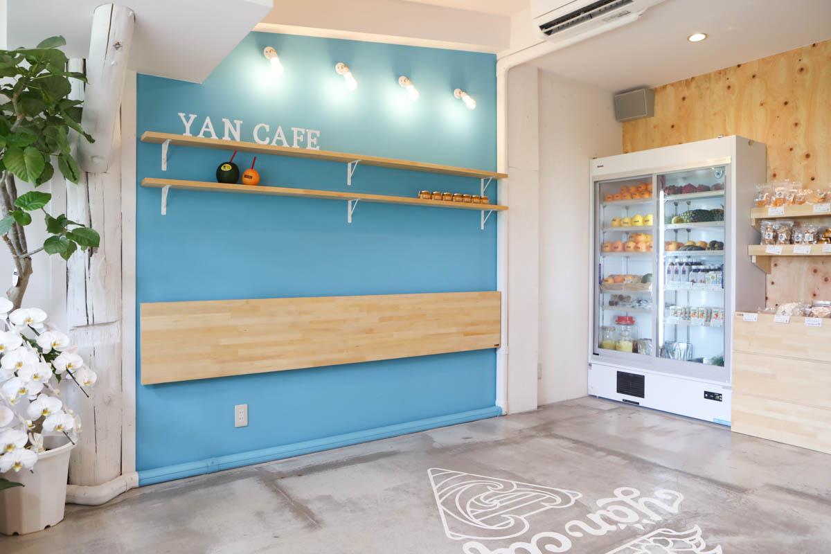 店内の水色の壁