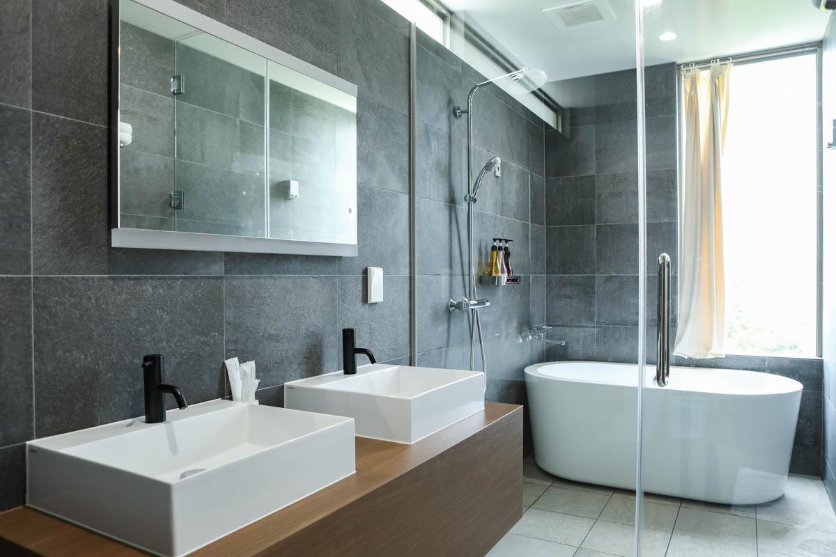 浴槽付きのバスルーム
