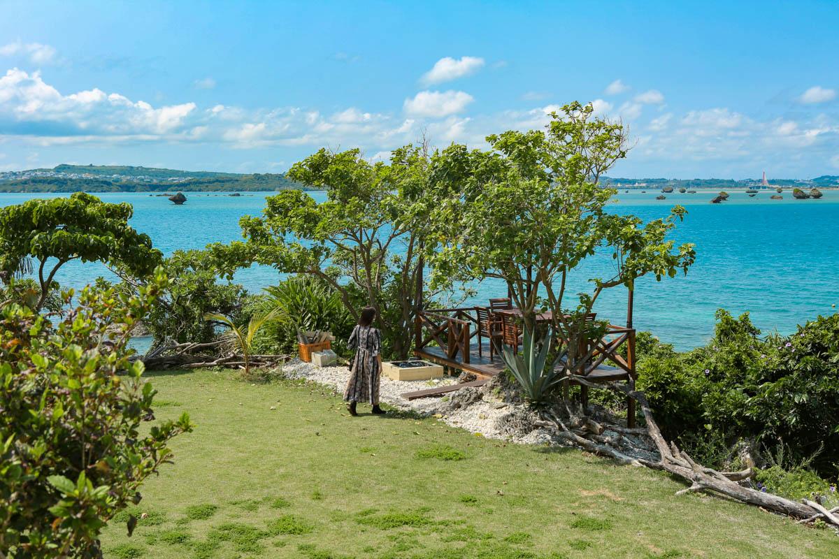 広い芝生に青空が生える沖縄のカフェ