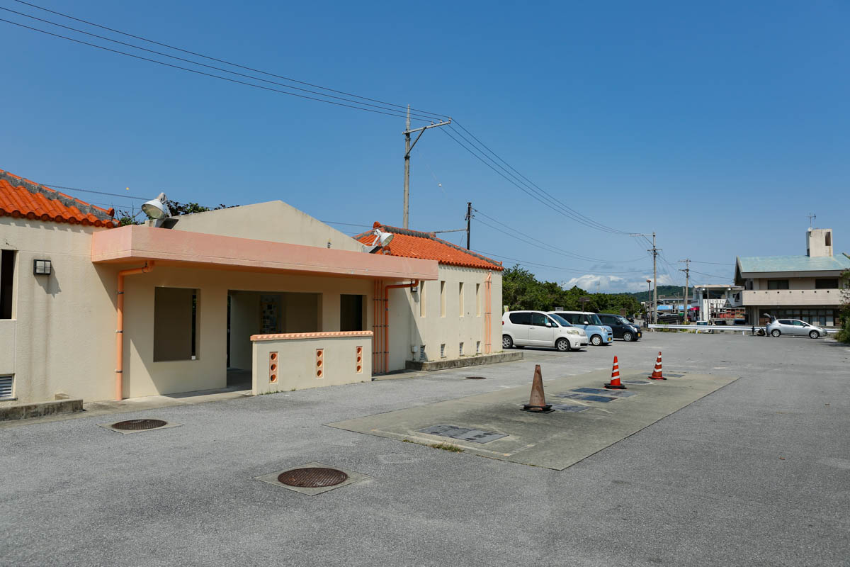 浜比嘉ビーチのトイレとパーキング