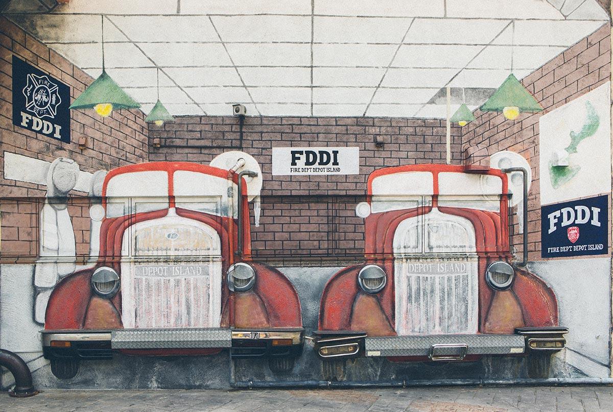2台の車が描かれた壁画