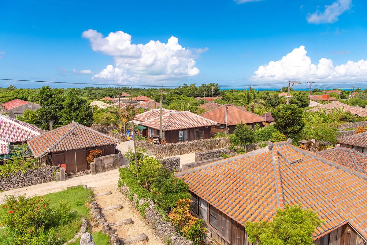 竹富島 赤い瓦屋根の家々