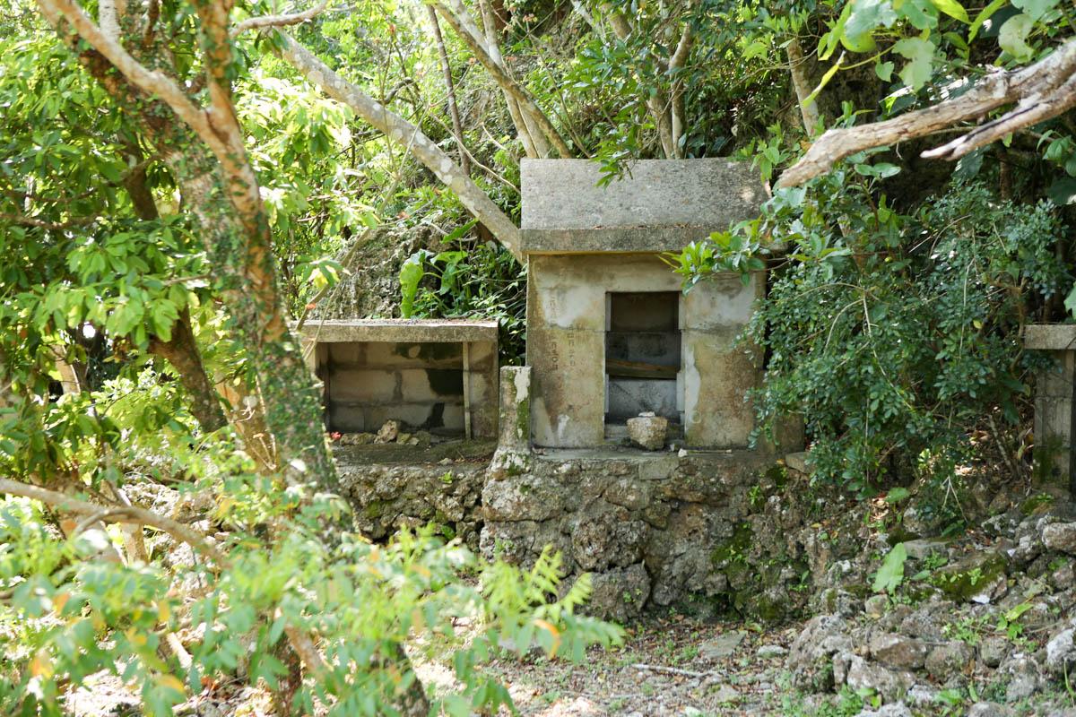 階段の途中に設置された御嶽