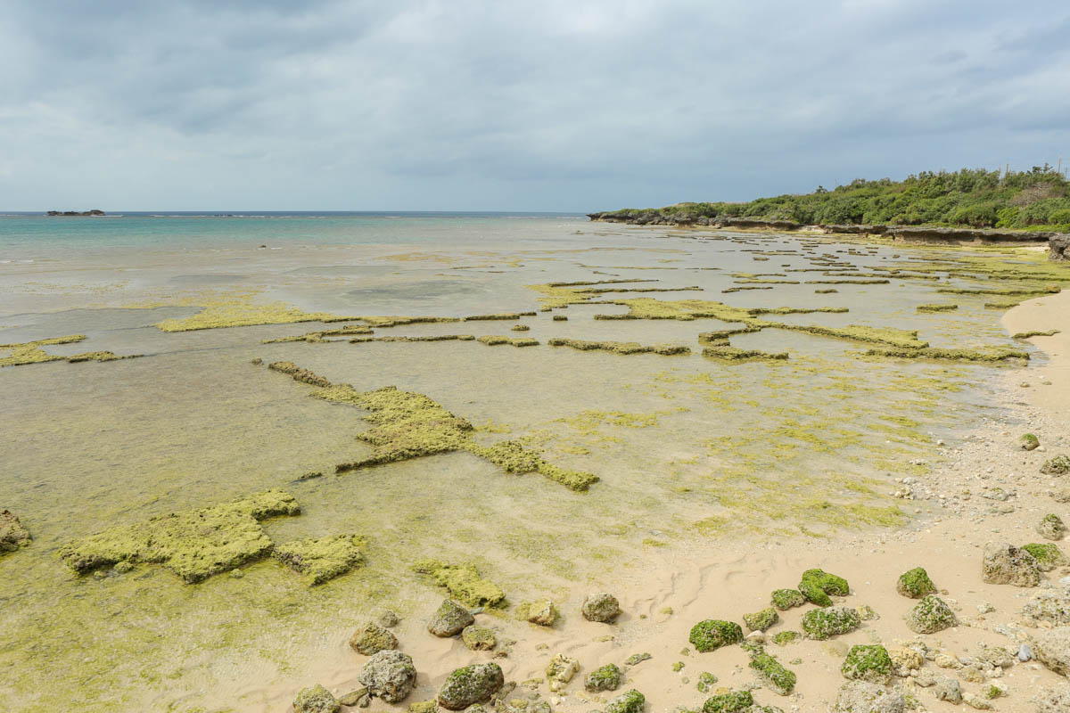岩の形がユニークな残波ビーチ