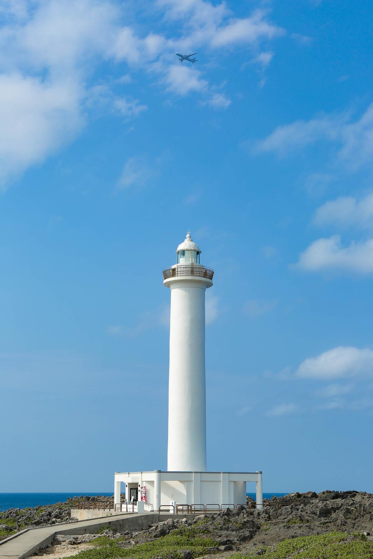 残波岬灯台の真上に飛行機が