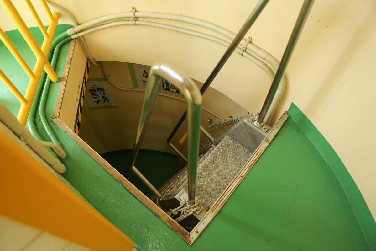 少し急な階段(灯台の中)