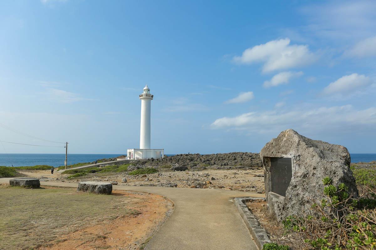 東シナ海に面して立つ白亜の灯台