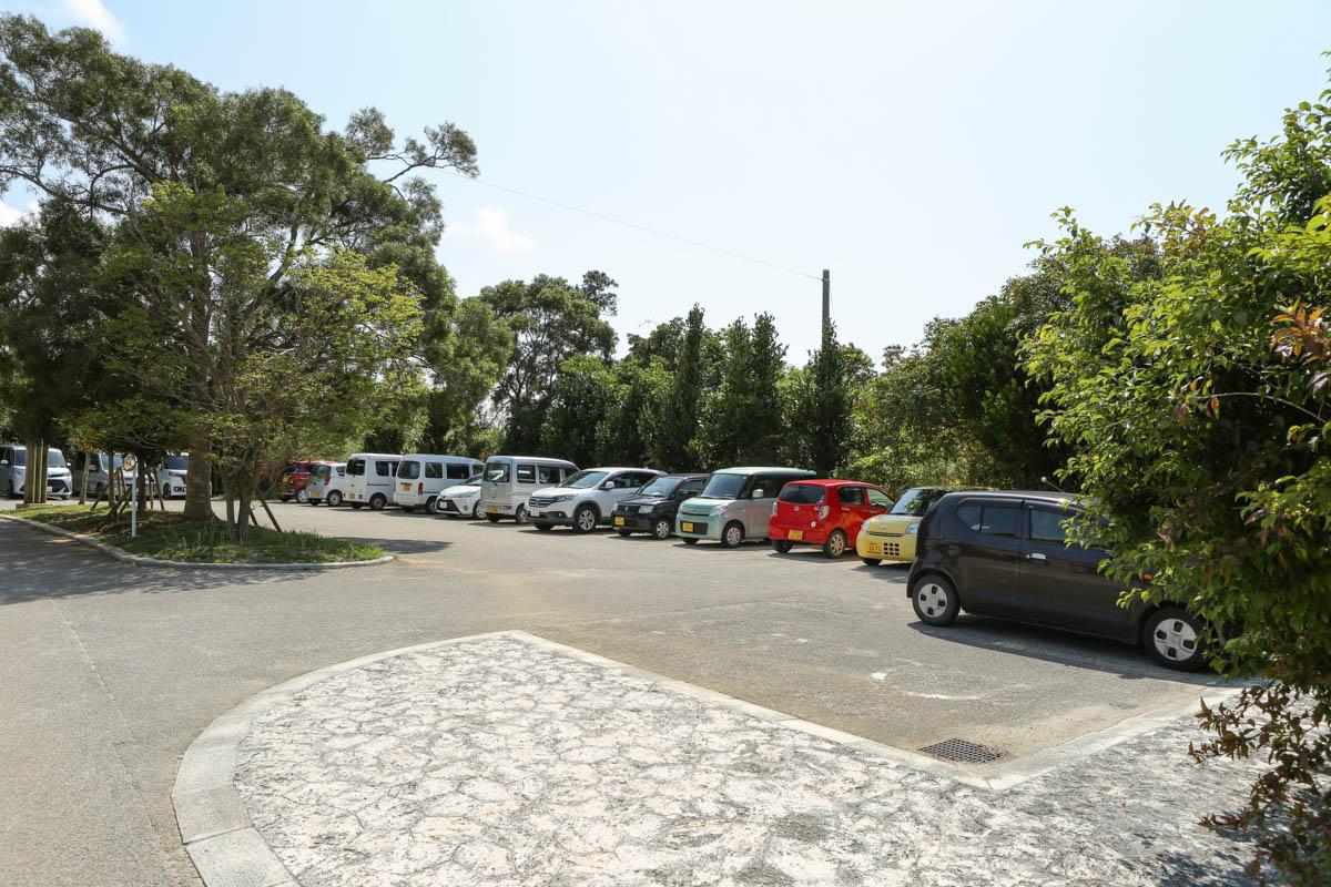 やちむんの里の駐車場