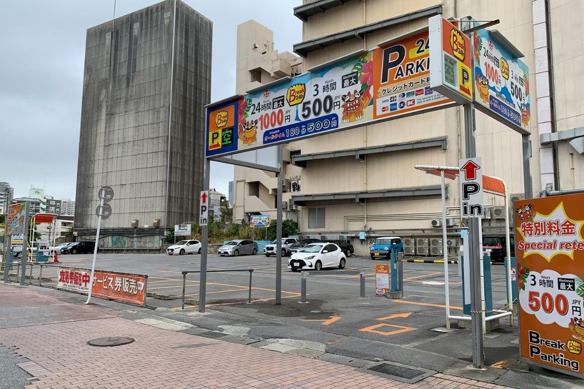 国際通りの広い駐車場