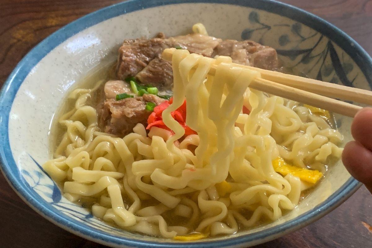 細麺の縮れ麺