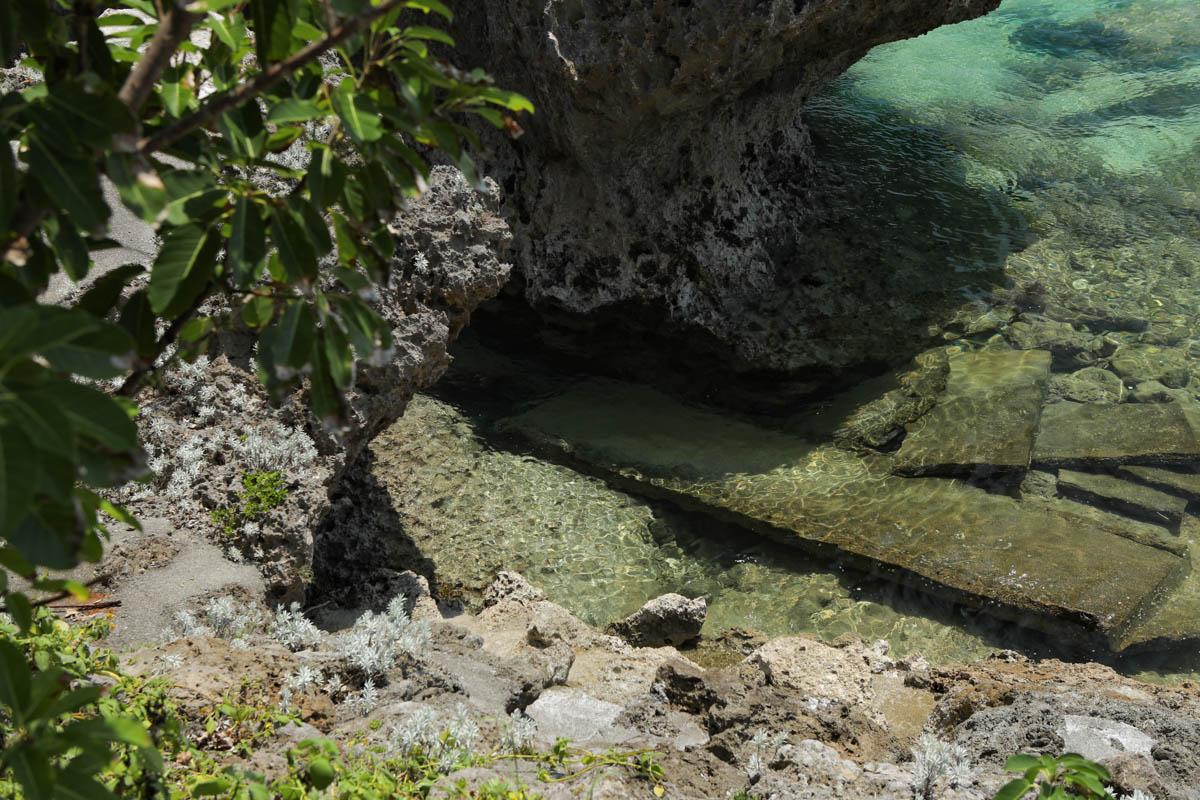 伊計島亀岩龍宮神 岩と海水